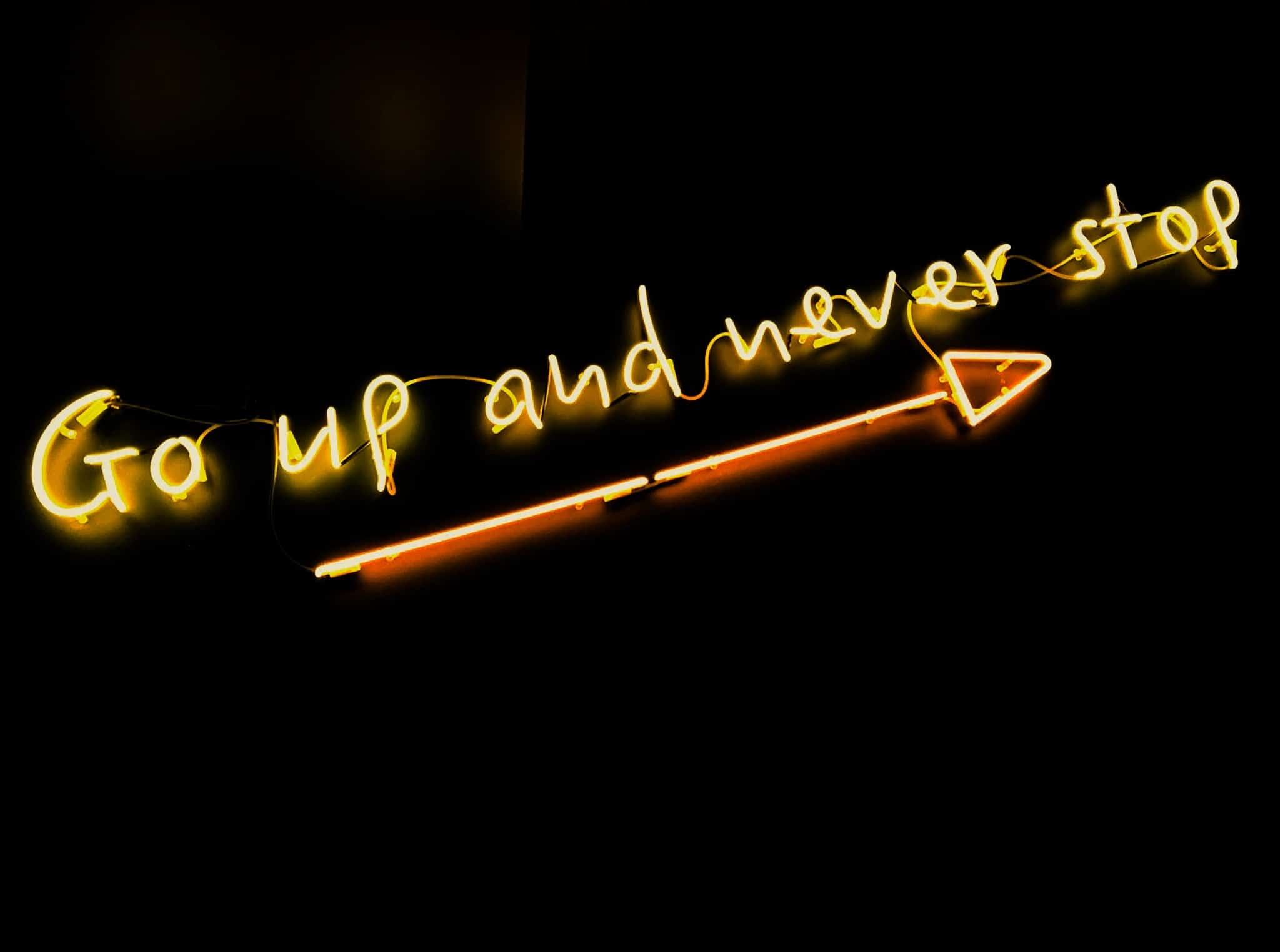 "panneau lumineux ""go up and never stop"""