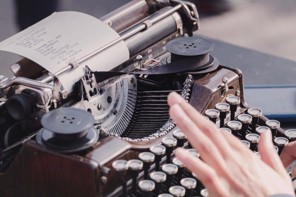 auteur sur sa machine à écrire